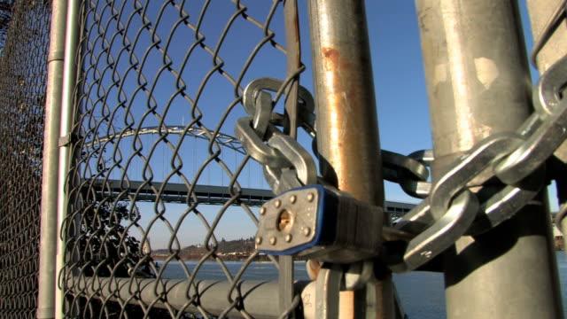 vidéos et rushes de serrure sont enfermées barrière & - chain bridge suspension bridge