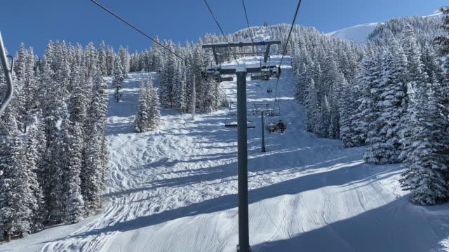 chair lift ski resort colorado - inquadratura dalla sciovia video stock e b–roll