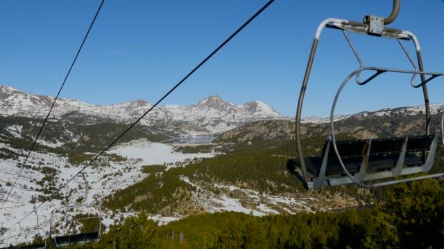 seggiovia con nevoso montagne sullo sfondo. - inquadratura dalla sciovia video stock e b–roll
