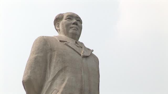 vídeos y material grabado en eventos de stock de la ms zi chairman mao statue in front of china university of geosciences/ beijing, china - mao tse tung