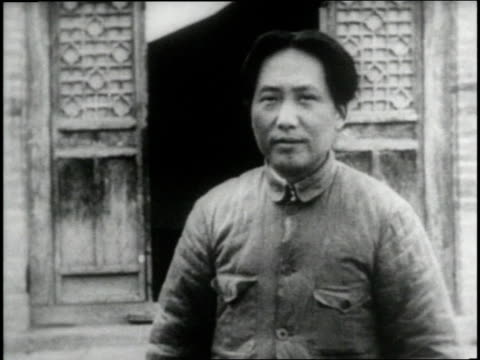 vídeos de stock e filmes b-roll de chairman mao tse-tung stands beside two soldiers in front of building. - mao tse tung