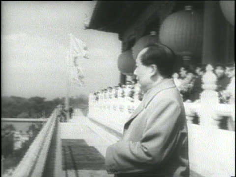 vídeos de stock e filmes b-roll de chairman mao tse-tung talks to premiere chou en-lai before cheering crowds at a rally. - mao tse tung
