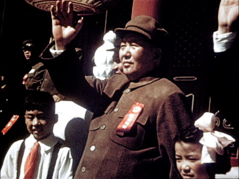 vídeos de stock e filmes b-roll de chairman mao waves at the marching crowd / industrialists and merchants march in the parade - mao tse tung