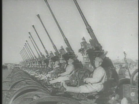 vídeos de stock e filmes b-roll de chairman mao zedong standing in open military jeep, saluting army lined up during military parade displaying anti-aircraft cannons, tanks, chinese... - mao tse tung