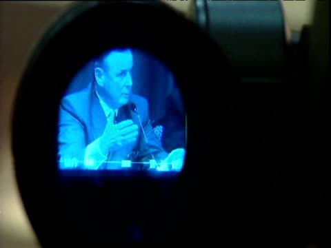 vídeos y material grabado en eventos de stock de chairman of decommissioning body john de chastelain talks of decommissioning ira weapons viewed through news camera lense belfast 26 sep 05 - presidente de organización