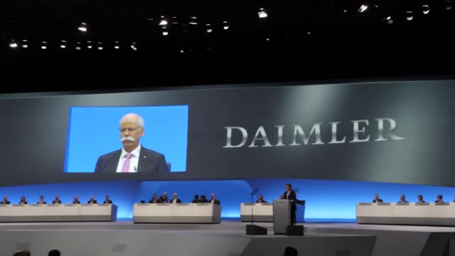 chairman of the supervisory board of daimler ag, manfred bischoff thanks the outgoing daimler ceo daimler dieter zetsche during the annual daimler ag... - 年次イベント点の映像素材/bロール
