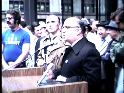 wgn a chairman of the united hellenic american congress speaks to a crowd of 10000 gathered to protest the united nations vote that determined... - 1975年点の映像素材/bロール