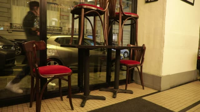 vidéos et rushes de chairs are stacked before a bar closes on october 5, 2020 in paris, france. to fight against the covid19, the paris police prefecture has announced... - demi finale