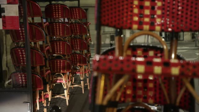 vidéos et rushes de chairs are stecked in a cafe terrace ready to be put away on october 5, 2020 in paris, france. to fight against the covid19, the paris police... - demi finale