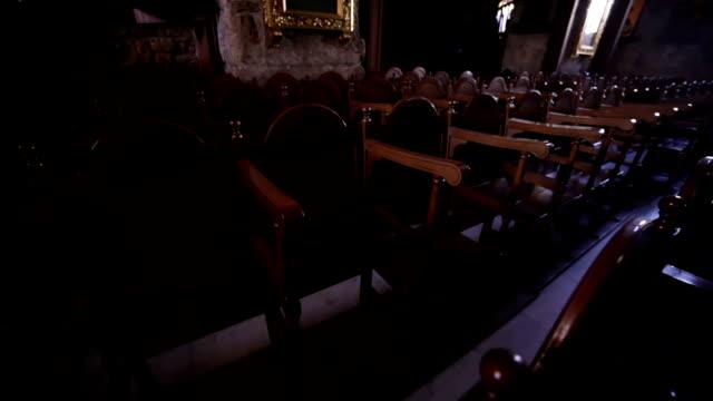 stühle in der kirche - kreuzbein stock-videos und b-roll-filmmaterial