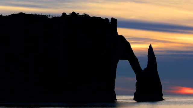 chalk cliffs, etretat, seine maritime, normandy, france - kreidefelsen stock-videos und b-roll-filmmaterial