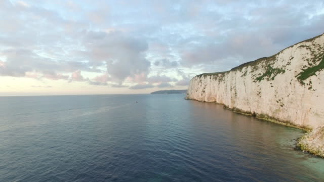 vídeos de stock, filmes e b-roll de chalk cliffs near old harry rocks on the dorset coast, isle of purbeck, dorset, united kingdom - jurássico