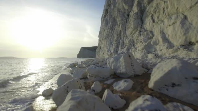 vídeos de stock, filmes e b-roll de chalk cliffs, swyre head, bat's head, jurrasic coastline, durdle door, lulworth, dorset, england, united kingdom - jurássico