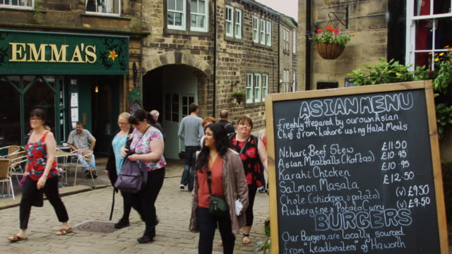 vídeos y material grabado en eventos de stock de chalkboard outside pub - yorkshire
