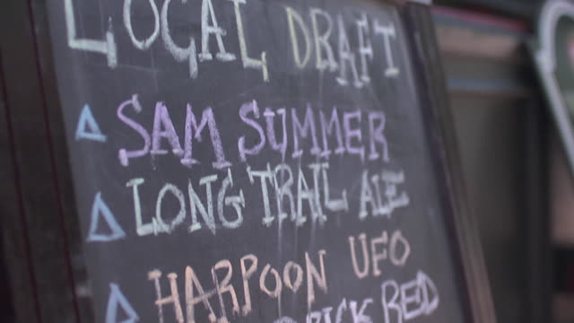 stockvideo's en b-roll-footage met chalkboard sign advertising beer - schoolbord