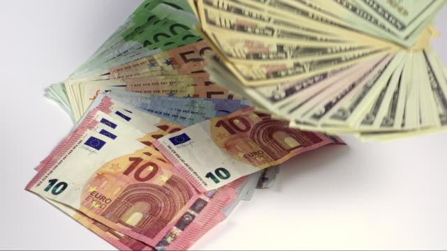 vídeos de stock, filmes e b-roll de challenging money - nota de cinquenta euros