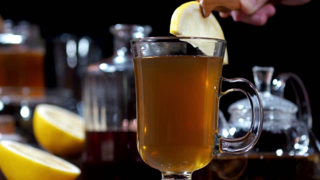 vídeos de stock e filmes b-roll de chamomile hot toddy - dolly shot