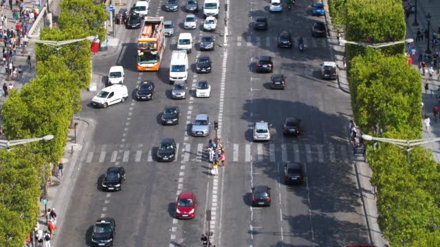 vidéos et rushes de champ elysees rue à paris - circulation routière