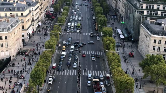 vidéos et rushes de champ elysees rue à paris - carrefour