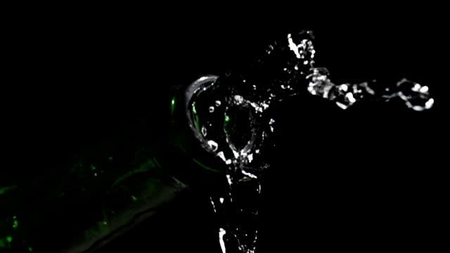 Champagnefles stromende water