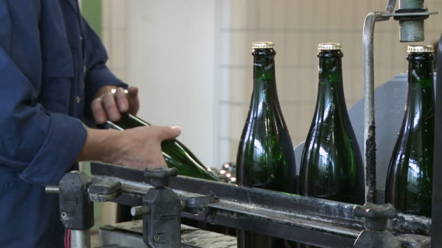 vídeos y material grabado en eventos de stock de ms champagne bottles on production line / wiltingen, saar-valley, rhineland-palatinate, germany - botella