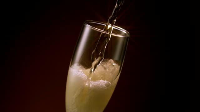 champagne flute pour star filter - 茶色背景点の映像素材/bロール