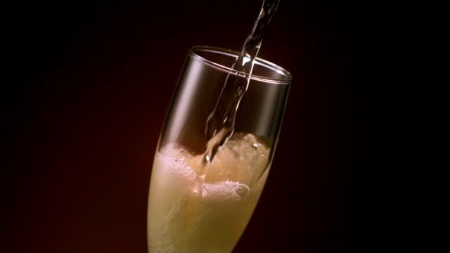 champagne flute pour - 茶色背景点の映像素材/bロール