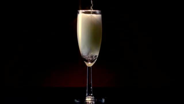 champagne flute pour wide star filter - 茶色背景点の映像素材/bロール
