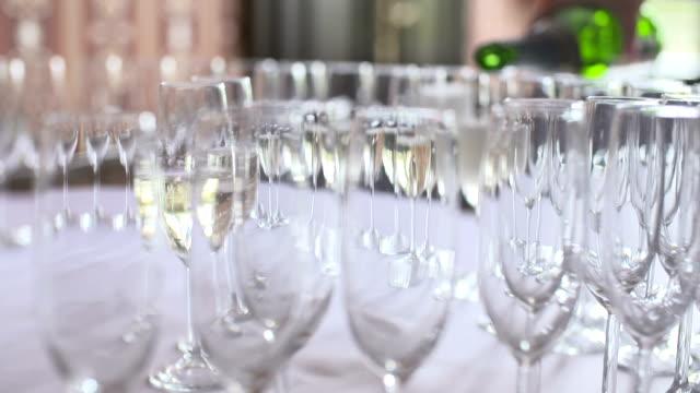 テーブルの上のシャンパン フルート