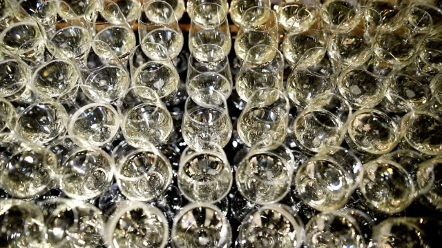 vídeos de stock e filmes b-roll de champagne is the bubbling ready to drink - classe alta