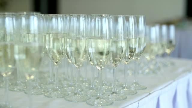 Champagne. många champagne flöjter med bubblande Champagne