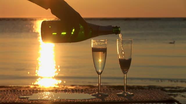 hd :シャンパンのビーチ - お食事デート点の映像素材/bロール