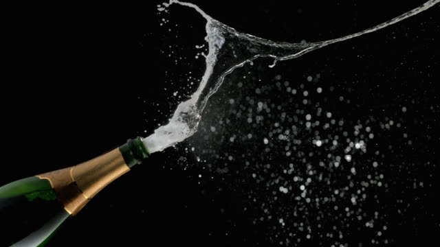 slo mo di bolle di champagne e bollicine spruzzare - bottiglia video stock e b–roll