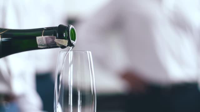 SLO MO champagne tevoorschijn en de bubbels spuiten