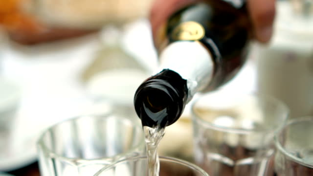 champagner-slow-motion - champagnerglas stock-videos und b-roll-filmmaterial