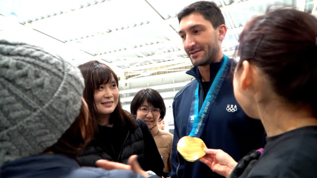 champion figure skater evan lysacek winner of the gold medal in the men's single competition at the 2010 winter olympic games in vancouver gives a... - ice skating stock videos & royalty-free footage