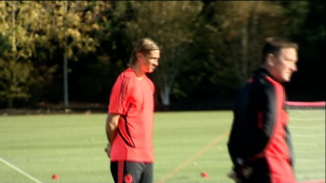 champions' league chelsea fc training england surrey cobham ext fernando torres across and shaking hands with chelsea assistant first team coach... - コブハム点の映像素材/bロール