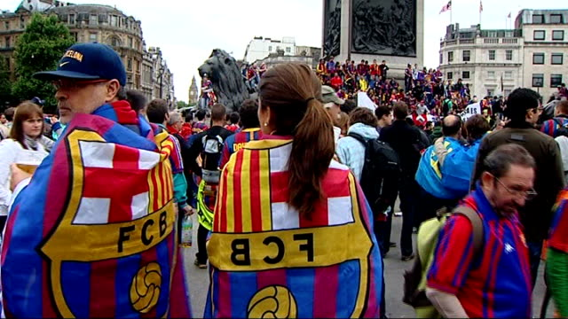 vidéos et rushes de champions league final: barcelona beat manchester united; england: london: trafalgar square: ext barcelona supporters gathered around base of... - fan