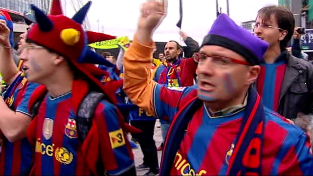 champions league final: build-up; england: london: trafalgar square: ext large crowd of barcelona football supporters around nelson's column hyde... - fan enthusiast stock videos & royalty-free footage