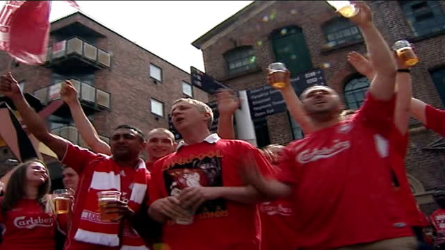vidéos et rushes de champions league final: fans; england: liverpool: ext large crowd of liverpool fans singing and drinking beer in square outside bar - demi finale