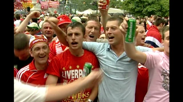vidéos et rushes de champions league final: fans; greece: athens: ext group of male liverpool fc fans holding cans of beer and singing 'it's only on loan, in ancient... - demi finale
