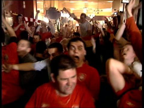 liverpool win england liverpool crowd of liverpool fans celebrating champions league victory in pub as one fan waving model cup around - liverpool england stock-videos und b-roll-filmmaterial