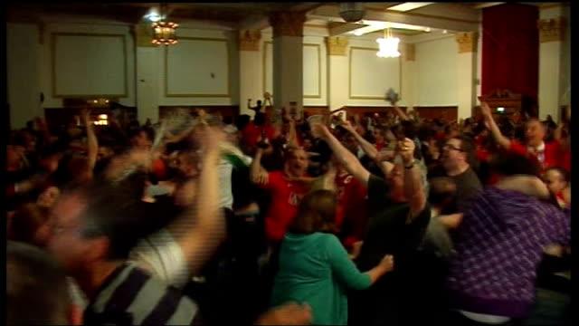 vídeos y material grabado en eventos de stock de manchester united fans in manchester celebrate england manchester int manchester united fans in a bar in manchester celebrate their champions league... - liga de campeones