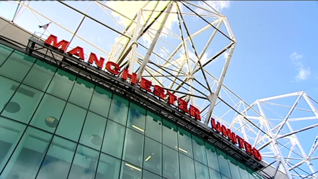 vidéos et rushes de preview of manchester united vs chelsea quarter final england manchester old trafford ext 'manchester united' sign on stadium man holding up... - quart de finale