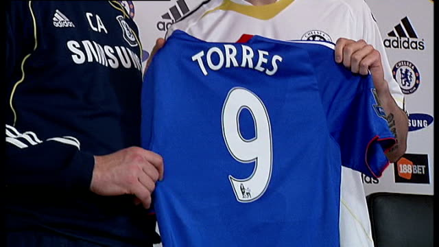 run up to chelsea v copenhagen match tx 422011 torres posing with number 9 shirt and ancelotti * * flash - regione dell'oresund video stock e b–roll