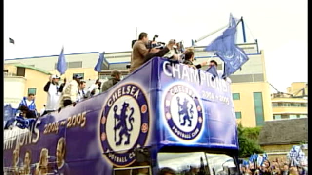 runup to manchester united v inter milan match 2252005 england london chelsea chelsea fc squad and mourinho parading premiership trophy - ジョゼ・モウリーニョ点の映像素材/bロール