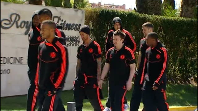 Chelsea beat Barcelona to reach final SPAIN Catalonia Barcelona BARCELONA ** Chelsea squad in club tracksuits walking round grounds of hotel as fans...
