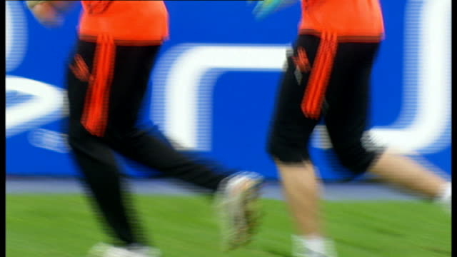 chelsea beat barcelona to reach final 2342012 spain catalonia barcelona nou camp barcelona ** petr cech and other chelsea goalkeepers training on... - チェルシーfc点の映像素材/bロール
