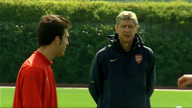preview london cesc fabregas and arsene wenger on pitch during training session - アーセン・ベンゲル点の映像素材/bロール