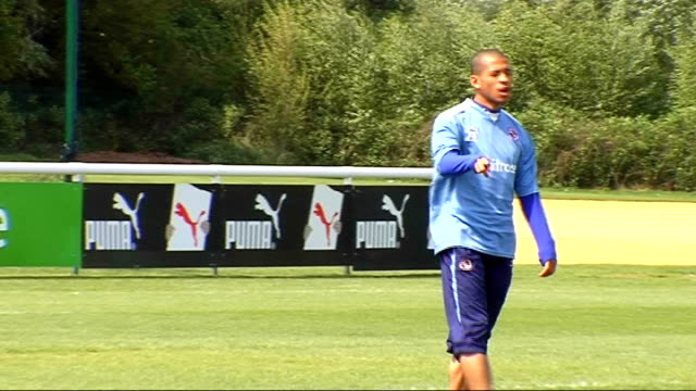 reading prepare for play-off semi-final; england: berkshire: finchampstead: hogwood park: ext reading players training close-up of stephen hunt... - 準決勝点の映像素材/bロール